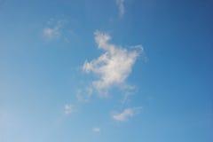 与蓝天的白色云彩 库存照片