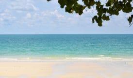 与蓝天的白色沙子海滩 免版税库存图片