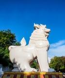 与蓝天的缅甸监护人狮子 免版税库存图片