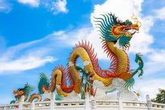 与蓝天的美丽的大或大五颜六色的龙雕象在Nakornsawan公园,泰国 库存图片