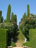 与蓝天的美丽的景色在圣诞老人Clotilde庭院里在略雷特德马尔,卡塔龙尼亚,西班牙 免版税库存图片