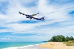 与蓝天的美丽的海滩在Mai khao海滩 免版税库存图片