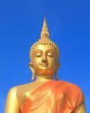 与蓝天的菩萨雕象 免版税图库摄影