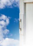 与蓝天的被打开的白色窗口 库存图片