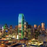 与蓝天的达拉斯,得克萨斯都市风景在日落 免版税库存照片