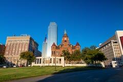 与蓝天的达拉斯,得克萨斯都市风景 免版税库存照片