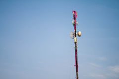 与蓝天的通信天线塔 免版税库存图片