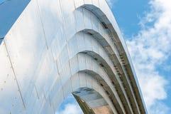 与蓝天的金属结构在 免版税库存照片