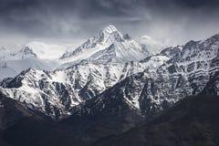 与蓝天的雪山从Leh拉达克印度 库存照片