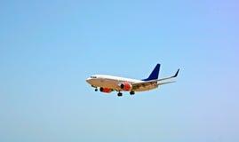 与蓝天的飞机 免版税库存照片