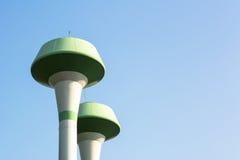 与蓝天的水塔 库存图片