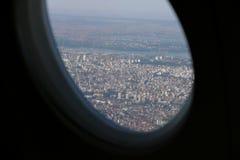 与蓝天的贝尔格莱德视图美丽的城市从平面窗口 图库摄影