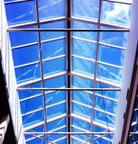 与蓝天的玻璃屋顶购物中心在夏天 库存图片