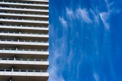 与蓝天的建筑学在背景 免版税库存照片