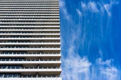 与蓝天的建筑学在背景 免版税库存图片