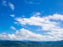 与蓝天的绿色山 免版税图库摄影