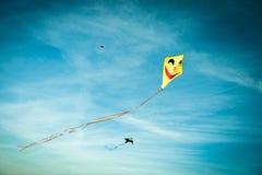与蓝天的黄色风筝在背景中 免版税库存照片