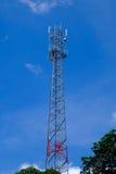 与蓝天的Attenna塔 免版税库存照片