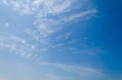 与蓝天纹理的抽象云彩 库存图片