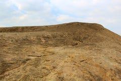 与蓝天风景的唯一石小山sittanavasal 免版税库存图片