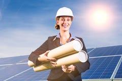 与蓝天,前面的建筑师的太阳电池板 免版税库存图片