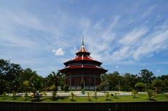 与蓝天,泰国的美丽的stupa 免版税库存照片