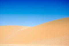 与蓝天,美奈,越南的白色沙丘 免版税库存照片