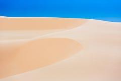 与蓝天,美奈,越南的白色沙丘 免版税库存图片