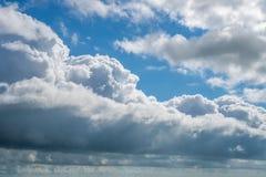 与蓝天,自然纹理的云彩 库存照片