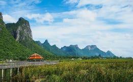 与蓝天, Khao山姆Roi Yot, Prachua的美丽的山 免版税图库摄影