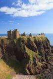 与蓝天Stonehaven的Dunnottar城堡 免版税库存图片