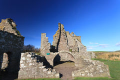 与蓝天Stonehaven的Dunnottar城堡 图库摄影