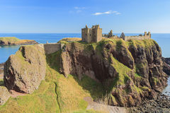 与蓝天Stonehaven的Dunnottar城堡 免版税库存照片