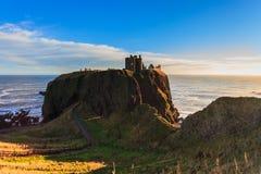 与蓝天Stonehaven,阿伯丁的Dunnottar城堡 库存照片