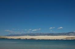 与蓝山山脉和白色云彩的沿海风景 免版税库存图片