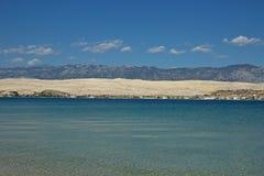 与蓝山山脉的沿海风景 免版税图库摄影