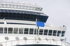 与蓝旗信号的航运船桥 免版税图库摄影