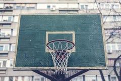 与蓝球板的篮球篮在住宅区 免版税图库摄影
