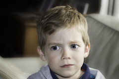与蓝眼睛的害怕的blondie男孩孩子 免版税库存照片