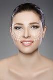 与蓝眼睛的美丽的妇女` s面孔和清洗新鲜的皮肤 温泉画象 库存照片