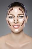 与蓝眼睛的美丽的妇女` s面孔和清洗新鲜的皮肤 温泉画象 免版税库存照片