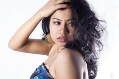 与蓝色上面的美好的印地安女性模型 免版税图库摄影