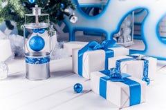 与蓝色丝带的白色圣诞节礼物 库存图片