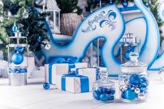 与蓝色丝带的白色圣诞节礼物 库存照片