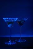 与蓝色光的二块马蒂尼鸡尾酒玻璃 库存照片