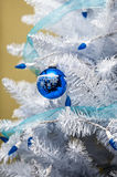 与蓝色光的圣诞树装饰品 免版税图库摄影