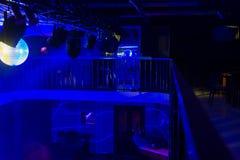 与蓝色光的夜总会升内部  免版税库存照片