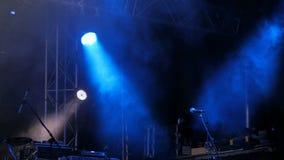 与蓝色光的自由阶段在音乐会前 股票视频