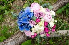 与蓝色八仙花属的精美新娘花束 库存照片
