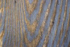 与蓝色削皮油漆的葡萄酒木背景 图库摄影